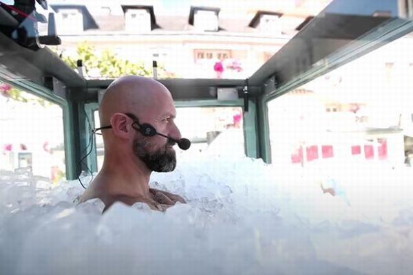 氷のケースに入った男性、2時間以上も冷たさに耐え記録更新