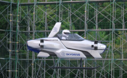 日本が開発する「空飛ぶクルマ」、人が乗った公開テスト飛行に成功
