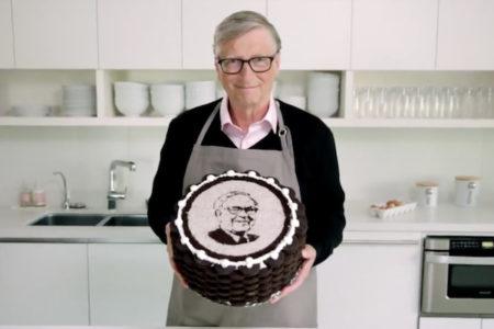 ビル・ゲイツが友人ウォーレン・バフェットの90歳を祝ってケーキを焼く