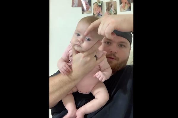 赤ちゃんを指一本で寝かしつけるパパのテクニックが話題に
