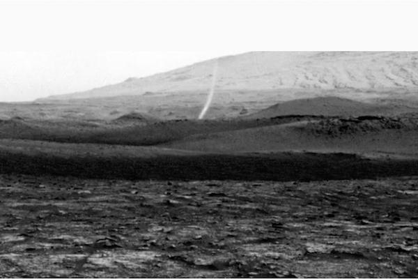 火星に起こったつむじ風の映像を、NASAの探査機が捉えた