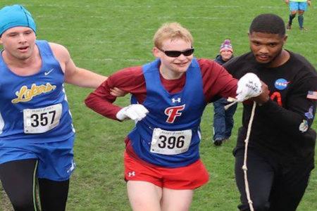 転倒した盲目のランナーに、ライバル選手が勝負を捨て、ゴールまで伴走する