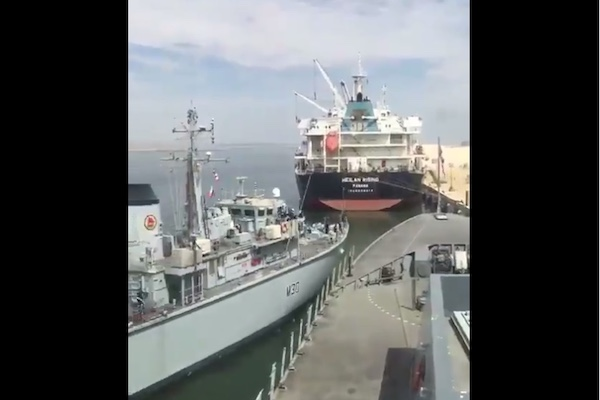 女は運転が下手だって?英国海軍の艦長が、軍艦を見事に操る妻の腕を披露して反証