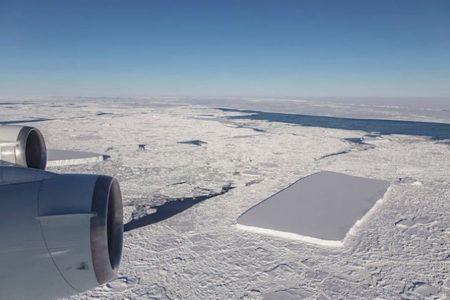 測ったように四角い氷山の写真をNASAが公開