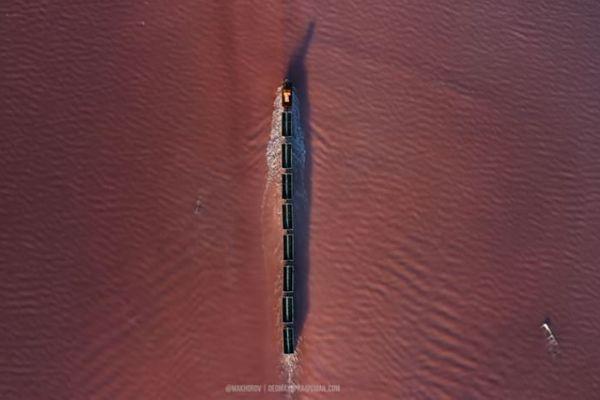 ピンク色の湖の中を進む列車、ロシアで撮影された動画が幻想的