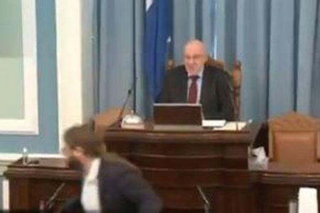 逃げ足はやっ!アイスランドで地震発生直後、議員がすぐに避難