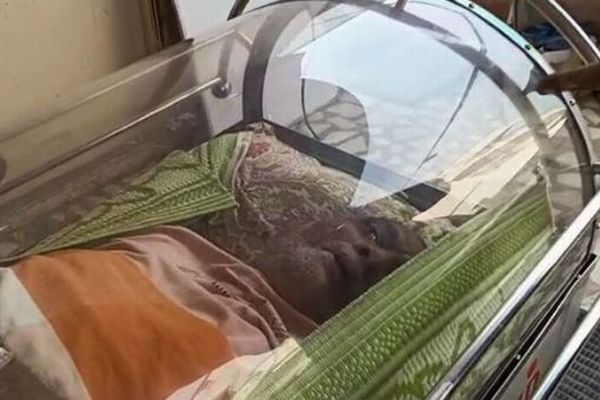 インドで冷凍保存用の棺から生きた男性を救出、警察は事件として捜査