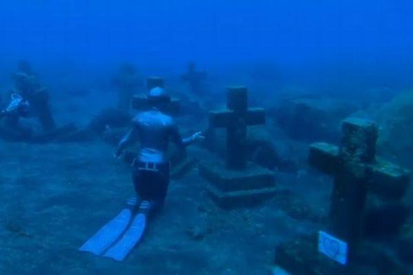 スペインの海底に眠る十字架の墓、一体誰のものなのか?