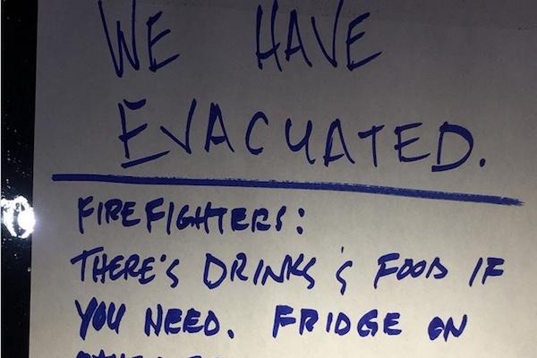 山火事と戦う消防士が無人の家で見つけた張り紙「冷蔵庫に飲み物と食べ物があります」