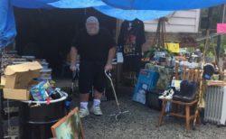 末期ガン患者が自分の葬儀費用を作るガレージセール、通りすがりの客が募金集めに乗り出す