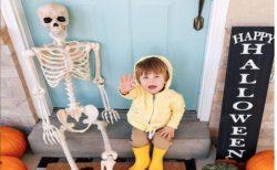 ハロウィン用の人骨模型になついてしまった子供がかわいい
