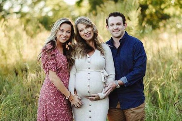51歳の女性が自分の孫を産む、代理出産で健康な女の子が誕生