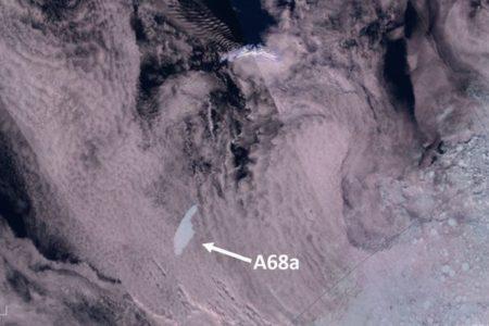 南極から切り離された巨大氷山、南大西洋の島へ接近中