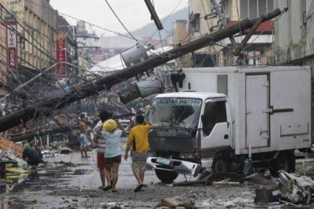 フィリピンにスーパー台風が上陸、激しい風雨で鉄砲水も発生【動画】