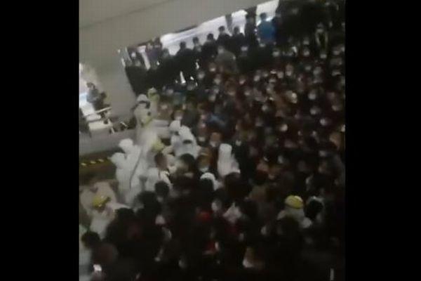 上海の空港職員が新型コロナ陽性、空港が閉鎖され多くの利用客で混乱