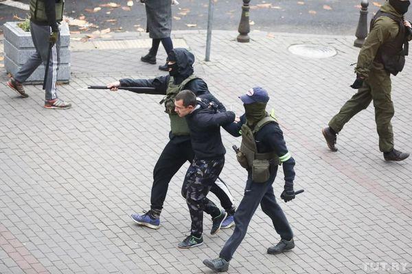 ベラルーシで行われている反政府デモ、警察が約400人も拘束