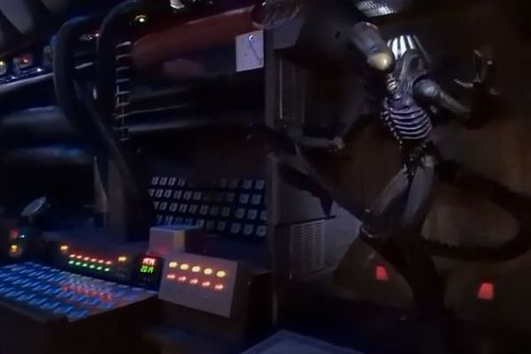 映画『エイリアン』に登場した宇宙船、男性が船内のセットを製作