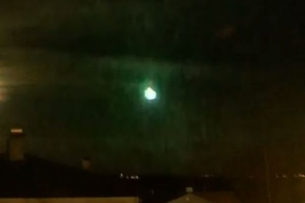 ノルウェー上空に巨大な火球が出現、消える瞬間太陽のような閃光を放つ