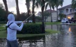 豪雨により水が溢れた通りで、男性が魚を釣り上げてしまう【アメリカ】