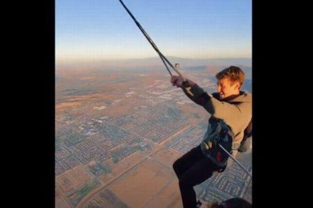 気球からロープにぶら下がってダイブ、米で撮影された動画にドキドキ