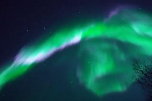 ノルウェーに出現したオーロラ、緑と白、ピンクの光のコラボが美しい