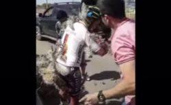 「痛たたた…」サイクリストがサボテンに突っ込み、全身棘だらけに