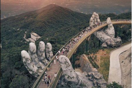巨人の手が支える…ベトナムのファンタジーな橋が観光客に大人気