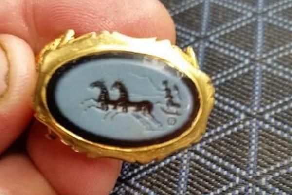 趣味のトレジャーハントで古代ローマの純金の指輪を発見