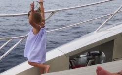 4才の娘にスマホを取られ、海に捨てられ、パパ唖然