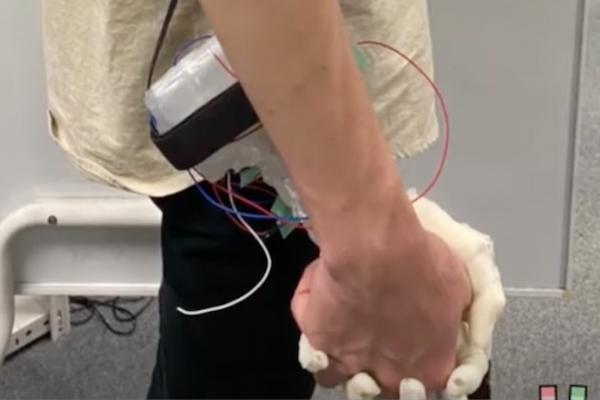 岐阜大学の研究室が、女の子と手を繋ぐ感覚をそっくり再現するVRデバイスを発表