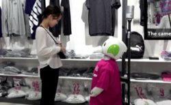 客にマスク着用を促し、売り場を案内する、日本のロボットが可愛い