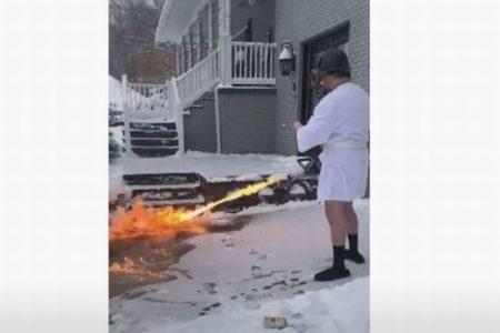 炎で雪を溶かし除雪、火炎放射器野郎の動画がワイルドすぎる