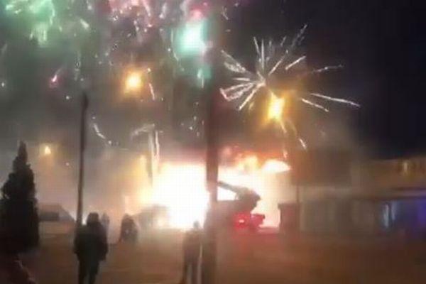 ロシアの花火工場で火災が発生、無数の花火が打ち上がる