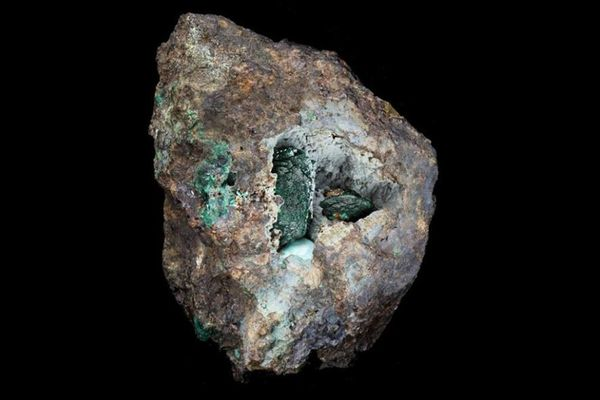 英の鉱山で見つかった岩石、その中に新しい鉱物が含まれることを発見