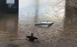 【クリスマスの奇跡】2時間も水に浸かった車の中から夫婦を救助:イギリス