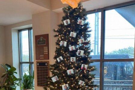 クリスマスツリーに受刑者の顔写真を飾りSNSに投稿、米保安官事務所が炎上