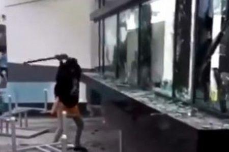 インドにあるiPhone工場で暴動、賃金未払いに怒った労働者が施設を破壊【動画】