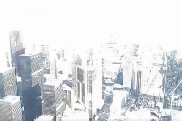 真昼に火球が落下、カナダ上空で爆発した瞬間、都市が一瞬真っ白に染まる