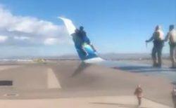 ラスベガスの空港で男が止まっていた旅客機に接近、翼の上に登る