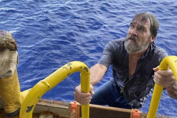 転覆した船の一部捕まり男性が漂流、偶然通過したコンテナ船が救助