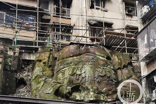中国の街に頭部のない巨大な仏像、覆われていた植物の中から姿を現す