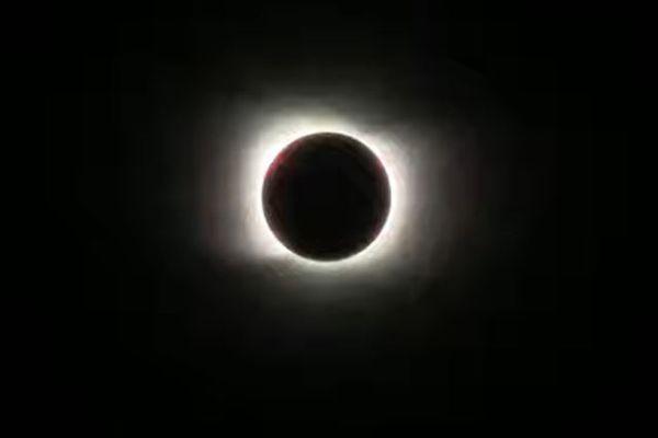 南米で皆既日食、チリやアルゼンチンで多くの人々が空を見上げる