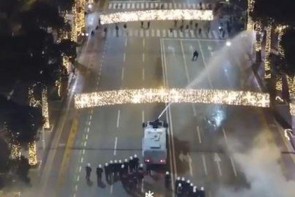 【アルバニア】夜間外出禁止令に従わなかった男性を警察が射殺、抗議デモが発生
