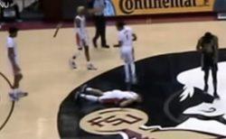 米大学バスケの選手が試合中に突然倒れる、新型コロナの後遺症か?【動画】