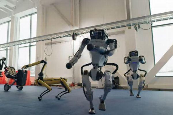 ボストン・ダイナミクスのロボットがノリノリでダンス、素晴らしくも異様でもあり