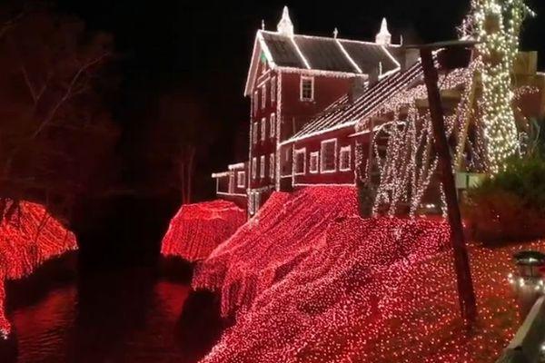 クリスマスのデコレーション、400万個のライトを飾った水車小屋がゴージャス