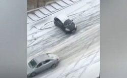 トルコの首都が大雪で大変なことに…多くの車が制御不能のまま滑っていく