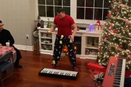 まさに神業!ボールを操り、クリスマス・ソングを演奏する男性が凄い