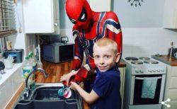 自閉症児の心を開くためにスパイダーマンになったパパが、病院でヒーローに