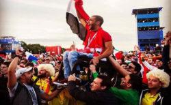 サッカーW杯で、ライバルチームのサポーターがいがみ合いをやめ、温かい団結